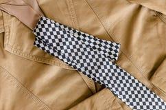 Brown mody kurtka z czarny i biały krawatem Fotografia Stock