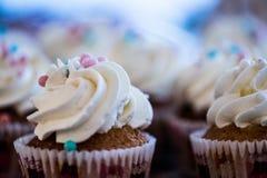 Brown-Muffins mit Schlagsahne stockbilder