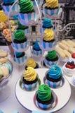 Brown-Muffins mit Schlagsahne lizenzfreie stockbilder