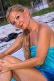 Brown musterte Blondine auf Strand Stockfotos