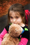 Brown musterte Mädchen mit ihrem Teddybären lizenzfreies stockfoto