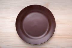 Brown naczynia gliniana pozycja na stole Obraz Royalty Free