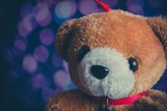 Brown niedźwiedzia lala z bokeh tłem Fotografia Stock