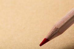 Brown-Notizbuch, Draufsicht Hölzernes rotes Bleistiftschreiben auf tne braunem Papier Lizenzfreie Stockbilder