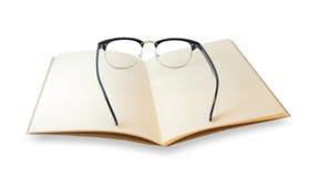 Brown-Notizbuch geöffnet und Augenglashippie-Blick lokalisiert Stockfotos