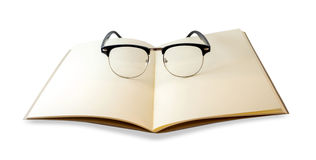 Brown-Notizbuch openned und Augengläser lokalisiert stockbilder