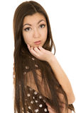 Brown observó a la muchacha adolescente con el pelo marrón largo Fotografía de archivo