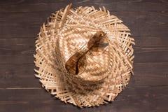 Brown okulary przeciwsłoneczni i kapelusz jesteśmy na drewnianym tle Obraz Royalty Free