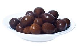 Brown-Oliven in der Schüssel lokalisiert Lizenzfreie Stockfotos