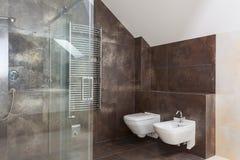 Brown płytki w nowożytnej łazience zdjęcia stock