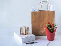 Brown pakunku torba, pusty opakunkowy pudełko obok p, papieru i białego zdjęcia royalty free