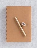 Brown-Papier bereiten Anmerkungsbuch mit Stift und Bleistiftspitzer auf Lizenzfreies Stockbild