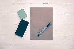 Brown papier i mądrze telefonu rocznika styl Fotografia Royalty Free
