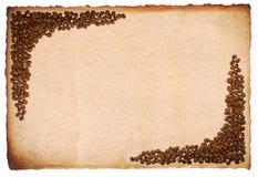 Brown-Papier mit Kaffeebohnen Stockfotos