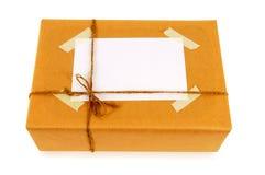 Brown-Papier parcelwith Adressen-Etikett lokalisiert auf weißem Hintergrund Stockbild