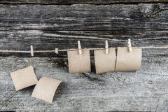 Brown-Papierblätter, drei hängend verließen lizenzfreie stockfotografie