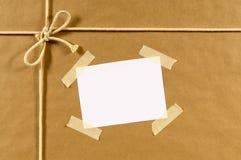 Brown-Papierpakethintergrund, Adressen-Etikett, Klebeband Lizenzfreie Stockfotos