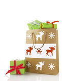 Brown-Papiertüte mit grünen Weihnachtsgeschenken Lizenzfreie Stockfotografie