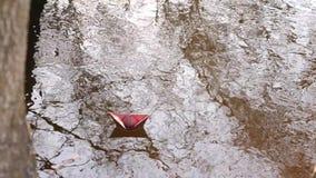 Brown papieru łódź barwiony papier unosi się wzdłuż brzeg rzeki zbiory