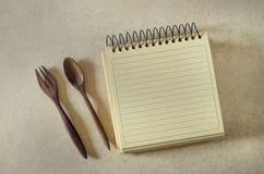 Brown papieru ślimakowaty notatnik, drewna rozwidlenie i łyżka i Obraz Royalty Free