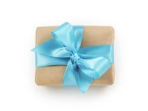 Brown papieru prezenta pudełko z błękitnego faborku łęku odgórnym widokiem Zdjęcie Royalty Free