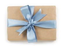Brown papieru prezenta pudełko z błękitnego faborku łęku odgórnym widokiem Obraz Stock