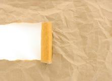 Brown papper skrynkligt som rivs med kopieringsavstånd för text royaltyfri fotografi