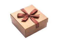 Brown prezenta pudełko z faborkiem odizolowywającym Obrazy Stock