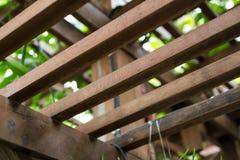 Brown quadrieren hölzernes Lattendach wird gesperrt auseinander stockfotos