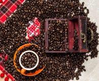 Brown-Röstkaffeebohnen, Samen auf dunklem Hintergrund Espressodunkelheit, Aroma, schwarzes Koffeingetränk Nahaufnahme lokalisiert stockbild