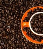 Brown-Röstkaffeebohnen, Samen auf dunklem Hintergrund Espressodunkelheit, Aroma, schwarzes Koffeingetränk Nahaufnahme lokalisiert lizenzfreie stockbilder