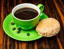 Brown-Röstkaffeebohnen, Samen auf dunklem Hintergrund Espressodunkelheit, Aroma, schwarzes Koffeingetränk Nahaufnahmeenergiemokka stockfotografie