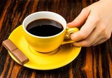 Brown-Röstkaffeebohnen, Samen auf dunklem Hintergrund Espressodunkelheit, Aroma, schwarzes Koffeingetränk Nahaufnahmeenergiemokka stockfotos
