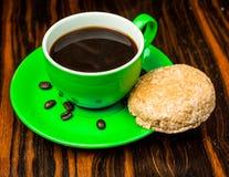 Brown-Röstkaffeebohnen, Samen auf dunklem Hintergrund Espressodunkelheit, Aroma, schwarzes Koffeingetränk Nahaufnahmeenergiemokka lizenzfreie stockfotos