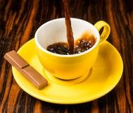 Brown-Röstkaffeebohnen, Samen auf dunklem Hintergrund Espressodunkelheit, Aroma, schwarzes Koffeingetränk Nahaufnahmeenergiemokka stockbild