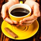 Brown-Röstkaffeebohnen, Samen auf dunklem Hintergrund Espressodunkelheit, Aroma, schwarzes Koffeingetränk Nahaufnahmeenergiemokka stockbilder
