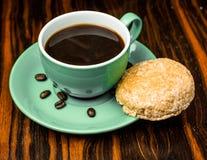 Brown-Röstkaffeebohnen, Samen auf dunklem Hintergrund Espressodunkelheit, Aroma, schwarzes Koffeingetränk Nahaufnahmeenergiemokka lizenzfreies stockbild