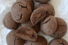 Brown rachou a cookie com chocolate líquido imagens de stock royalty free
