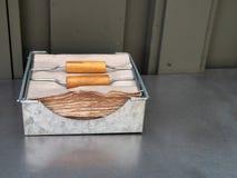 Brown reciclou os guardanapo de papel que sentam-se no distribuidor na tabela de aço exterior fotos de stock