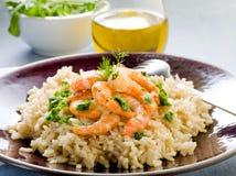 Brown-Reis mit Garnele und Arugula Lizenzfreie Stockbilder