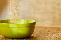 Brown-Reis wird eine Platte gestreut Stockfoto