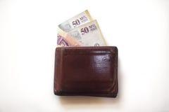 Brown riveste di pelle il portafoglio con 50000 fatture dei pesi colombiani che attaccano fuori Immagini Stock Libere da Diritti