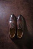 Brown riveste di pelle le scarpe degli uomini su fondo di cuoio, sopra il colpo Fotografie Stock Libere da Diritti