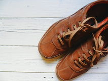Brown riveste di pelle le scarpe degli uomini su un fondo bianco Fotografia Stock Libera da Diritti