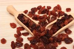 Brown-Rosinen mit Löffel auf Holztisch, gesunde Ernährung Stockbilder