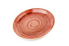 Brown round ceramiczny talerz z spirala wzorem na bielu, odosobnionym zdjęcie stock