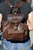 Brown-Rucksack auf woman's ziehen sich zurück Stockfotografie