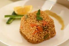 Brown ryż coocked z cytryną na bielu talerzu Zdjęcie Stock
