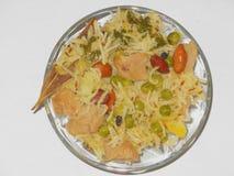 Brown ryż soya pulao grochów arachidy umieszczający w szklanym pucharze na bielu stole zdjęcia royalty free