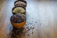 Brown ryż w drewnianym pucharze zdjęcia stock